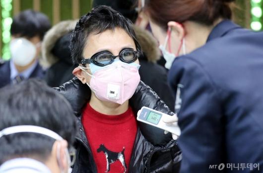[사진]전염 방지 위한 물안경과 마스크