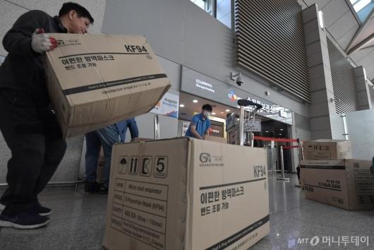 [사진]중국으로 갈 마스크 포장하는 택배업체 직원들