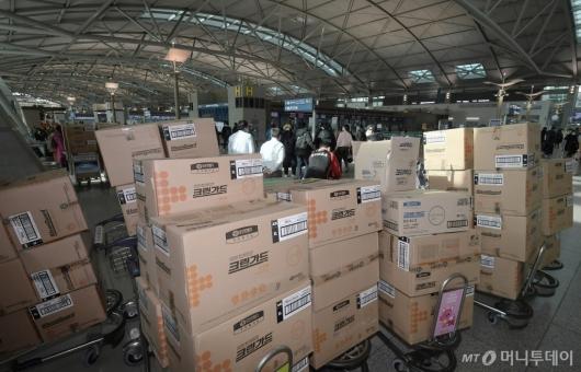 [사진]출국장 가득 쌓인 마스크와 방호복 박스