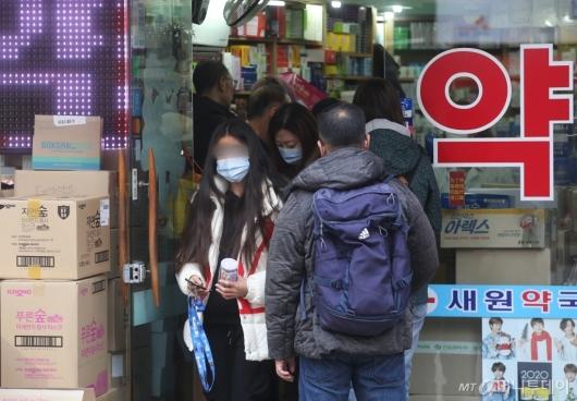 [사진]마스크 특수 '약국 문전성시'