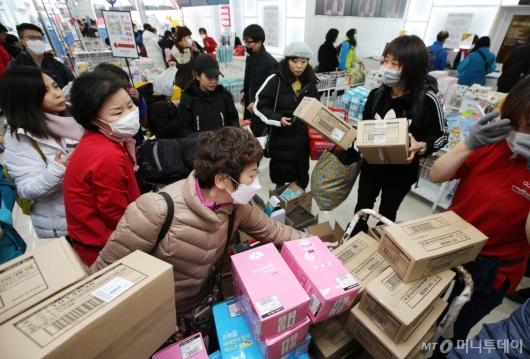 [사진]마스크 박스 채 구매하는 외국인 관광객들