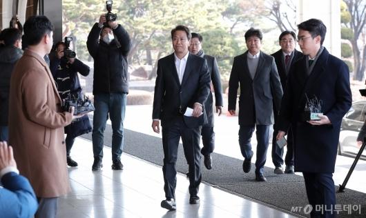 [사진]검찰 자진 출석하는 임종석 전 비서실장