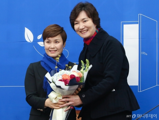 [사진]박찬숙 꽃다발 받은 '우생순' 임오경 전 감독