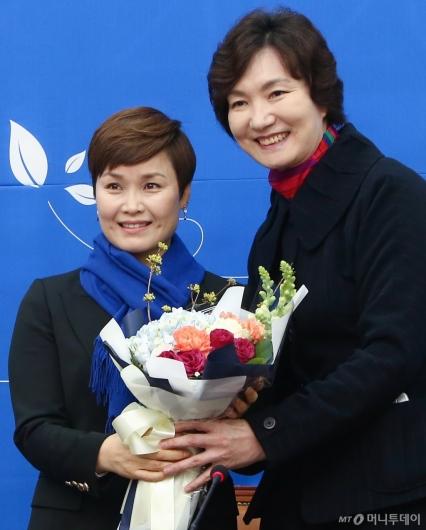 [사진]박찬숙 꽃다발 받은 민주당 15호 영입인재 임오경 전 감독
