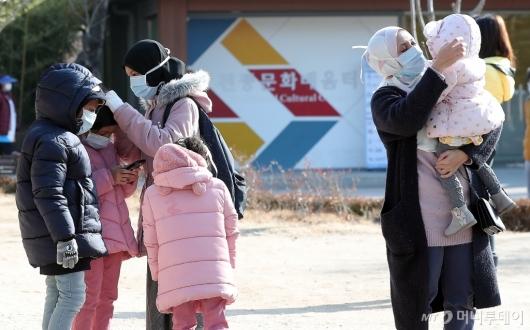 [사진]'입춘 한파' 두터운 옷차림으로 관광