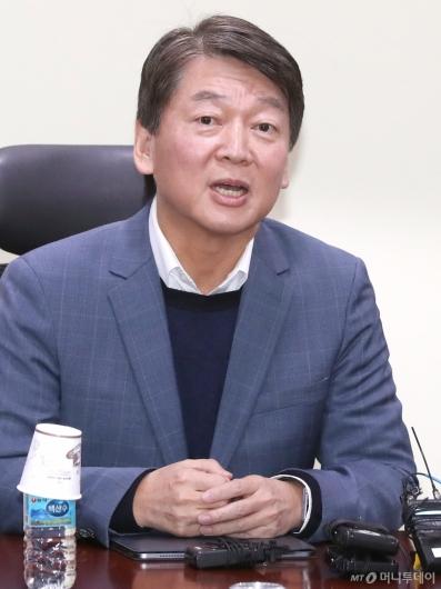 [사진]창당추진기획단 1차회의 참석한 안철수