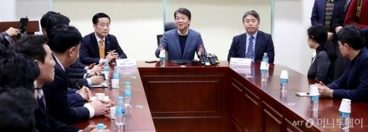 [사진]창당추진기획단 1차회의 발언하는 안철수