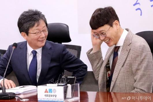 [사진]유승민과 대화하는 김웅 전 검사