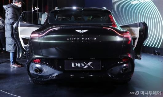 [사진]리어램프 라인 적용된 애스턴마틴 DBX 후면 디자인