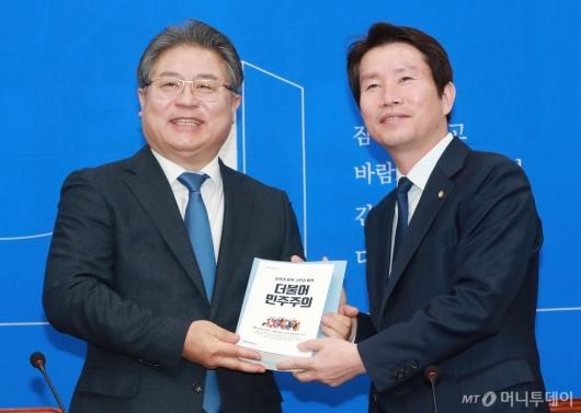 [사진]민주당 18호 영입인재 이재영 전 대외경제정책연구원장