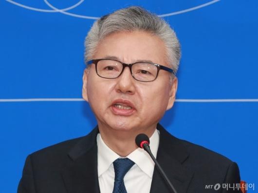 [사진]입당 소감 말하는 홍성국