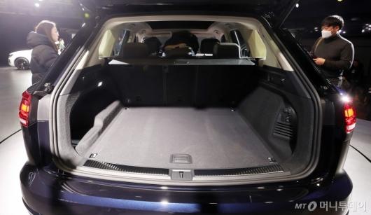 [사진]넓은 트렁크 갖춘 '더 뉴 투아렉'