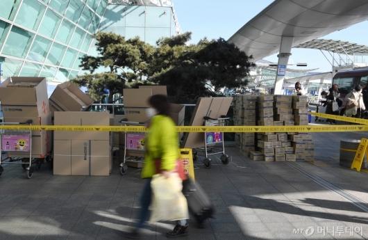 [사진]출국장 입구에 쌓인 마스크 박스