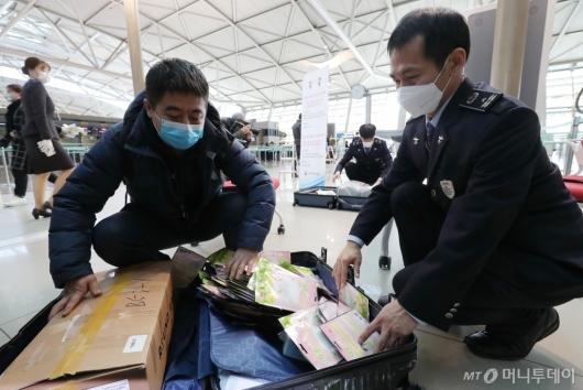 [사진]마스크 수량 확인하는 세관 직원들