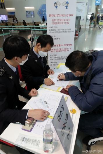 [사진]마스크 수출신고하는 중국인