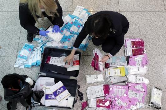 [사진]마스크 수량 확인에 분주한 세관 직원들