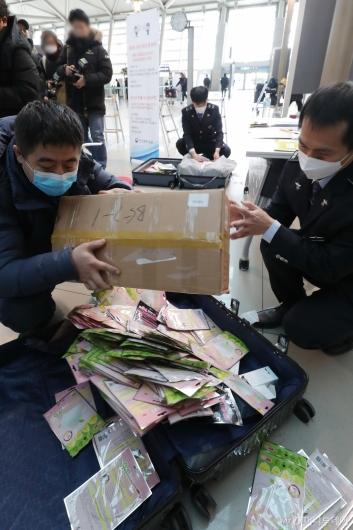 [사진]마스크 수량 확인으로 분주한 세관 직원들