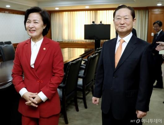 [사진]환담하는 추미애 법무장관-남기명 공수처 준비단장