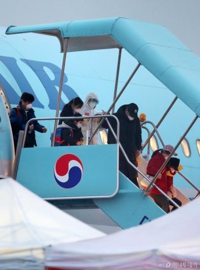 [사진]김포공항 도착한 우한 교민들