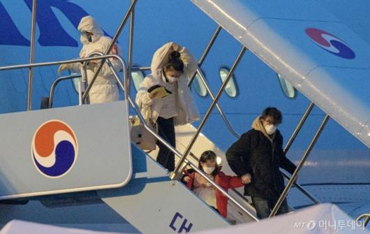 [사진]아이 손 잡고 내리는 교민들