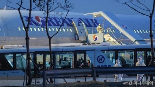 [사진]입국장으로 이동하는 우한 교민들