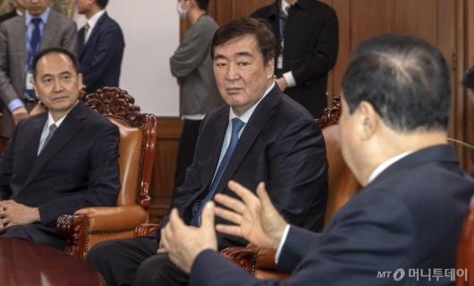 [사진]문희상 의장과 대화하는 싱하이밍 주한중국대사