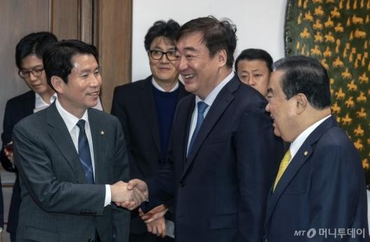 [사진]이인영과 악수하는 싱하이밍 주한중국대사