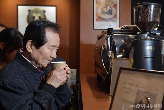 [사진]커피 마시는 정세균 총리
