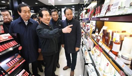[사진]정세균 총리 '신촌 명물거리 화장품 가게 방문'