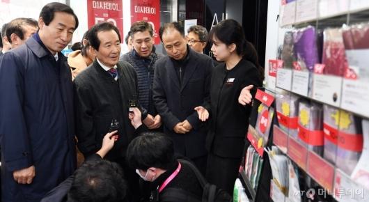 [사진]신촌 화장품 가게 방문한 정세균 총리