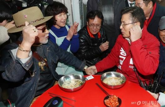 [사진]창신동 주민과 파이팅 외치는 황교안 대표