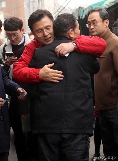 [사진]종로구 주민과 인사하는 황교안 대표