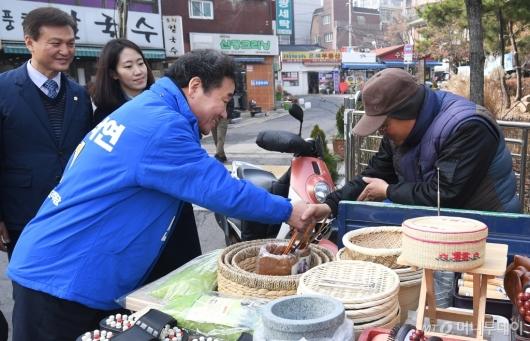[사진]숭인동 상인과 인사하는 이낙연 전 총리