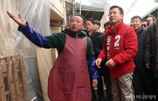 [사진]시장 설명 듣는 황교안 대표