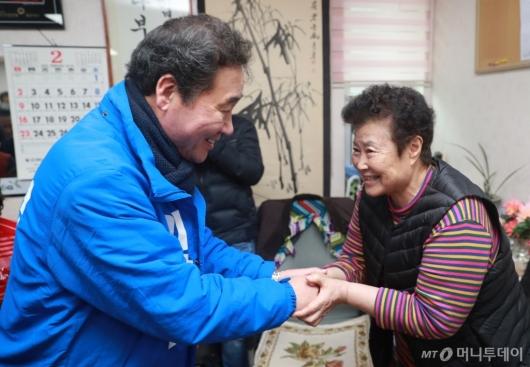 [사진]어르신 손잡은 이낙연 전 총리