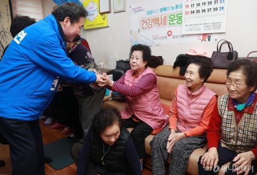 [사진]종로 어르신들 찾은 이낙연 전 총리