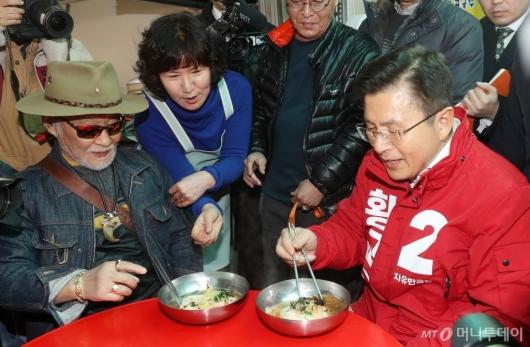 [사진]황교안 대표, 시민과 국수 한그릇