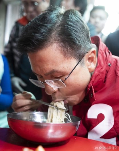 [사진]국수 먹는 황교안 대표