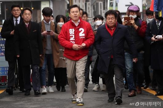 [사진]붉은 점퍼 입고 나선 황교안 대표
