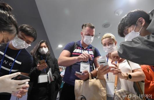 [사진]홍콩-마카오 입국자 전수 검역...자가진단앱 설치하는 여행객들