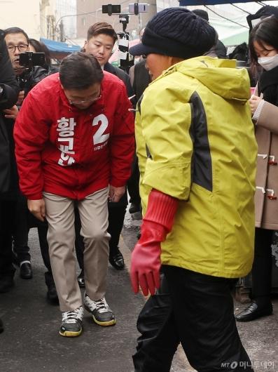 [사진]황교안 대표 인사 외면하는 상인