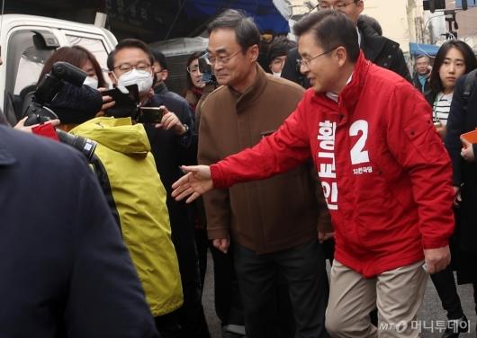 [사진]황교안 대표 악수 외면하는 시장 상인