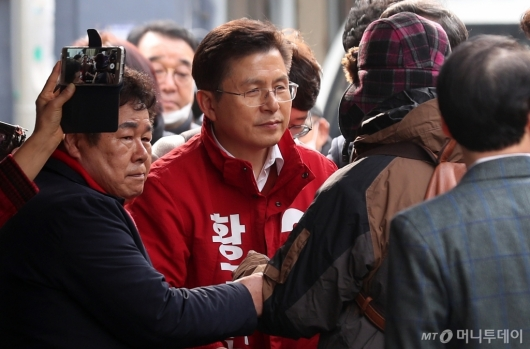 [사진]종로구민 이야기 듣는 황교안 대표