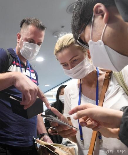 [사진]'코로나19' 자가진단앱 설치하는 여행객들