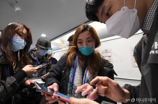 [사진]코로나19 자가진단앱 설치하는 홍콩발 여행객들