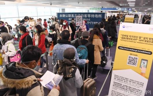 [사진]코로나19 자가진단앱 설치위해 줄 선 홍콩발 입국자들