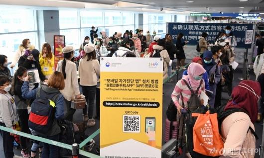 [사진]홍콩-마카오 입국자 전수 검역...코로나19 자가진단앱 설치