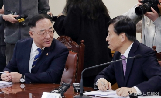 [사진]대화하는 홍남기 부총리-이주열 총재