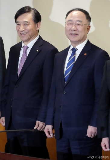 [사진]미소 짓는 홍남기 부총리-이주열 총재
