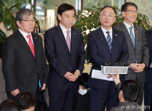 [사진]'거시경제 금융회의' 결과 브리핑하는 홍남기 부총리